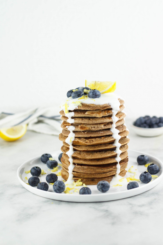 Vegane zuckerfreie Pancakes mit Zitrone und Blaubeeren