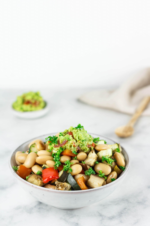 Gemüse mit weißen Bohnen und Guacamole