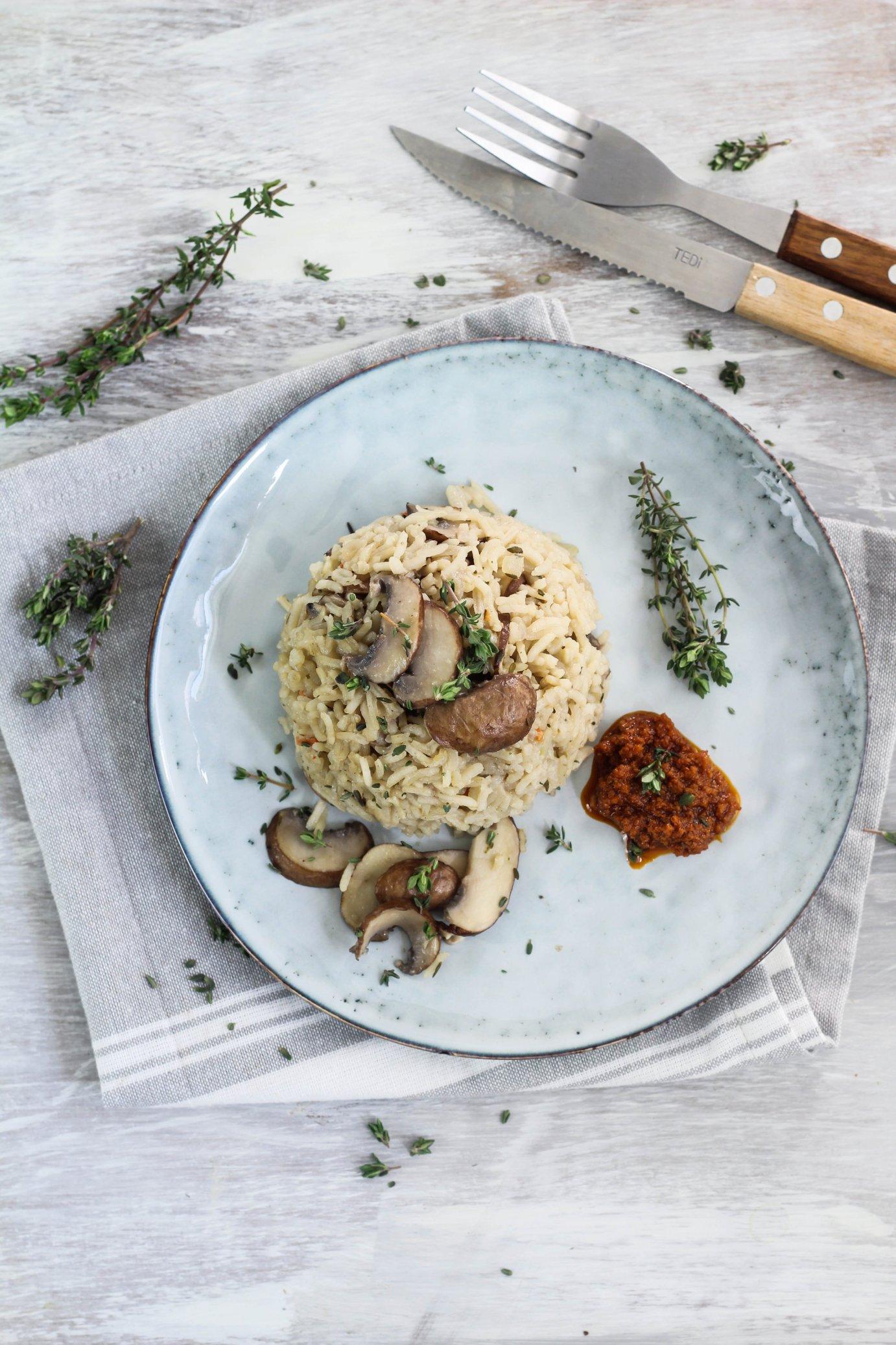 Veganes Pilzrisotto mit rotem Pesto