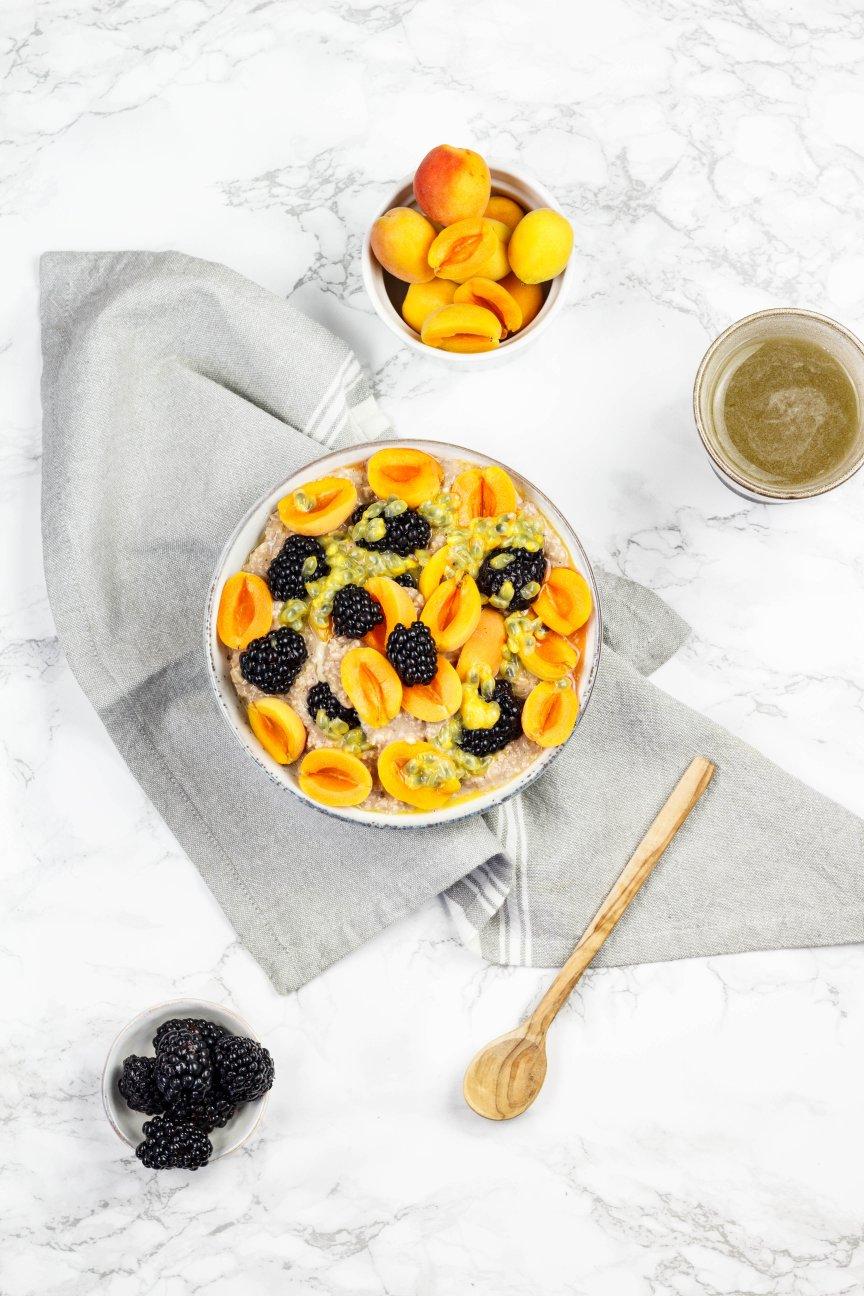 veganer schoko porridge mit frischen früchten