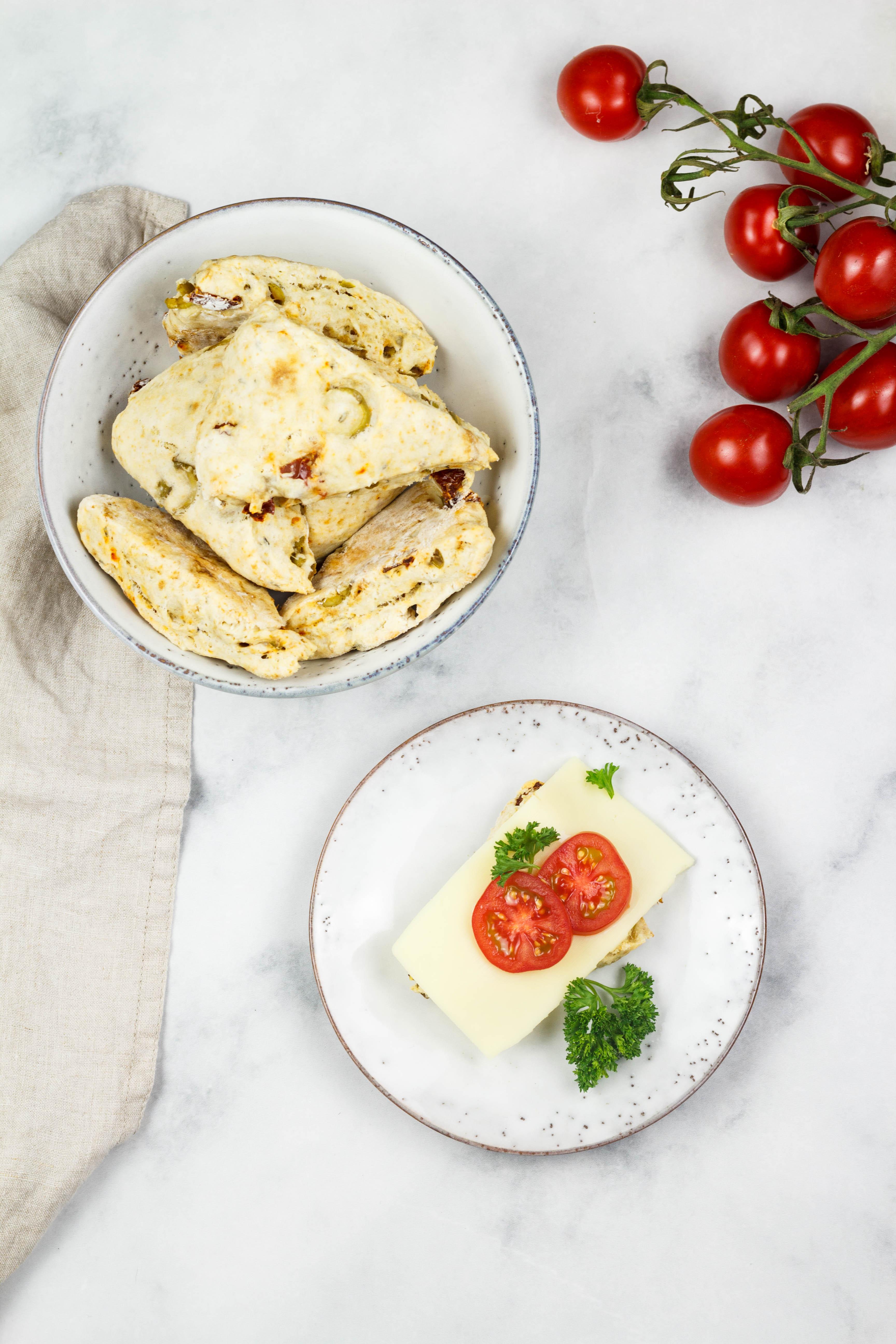 Mediterrane Scones mit getrockneten Tomaten und Oliven