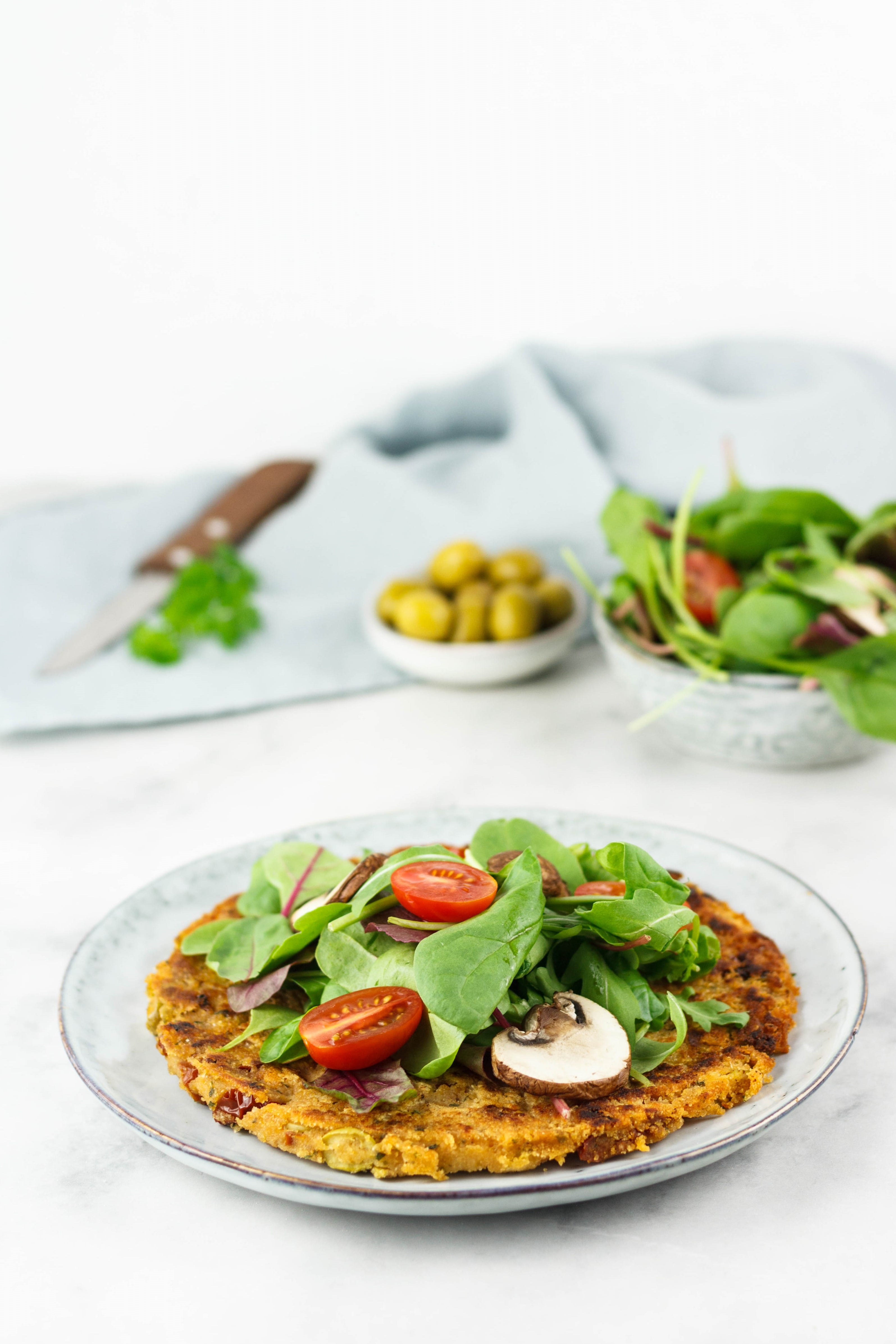 Veganes Omelette mit Oliven und getrockneten Tomaten