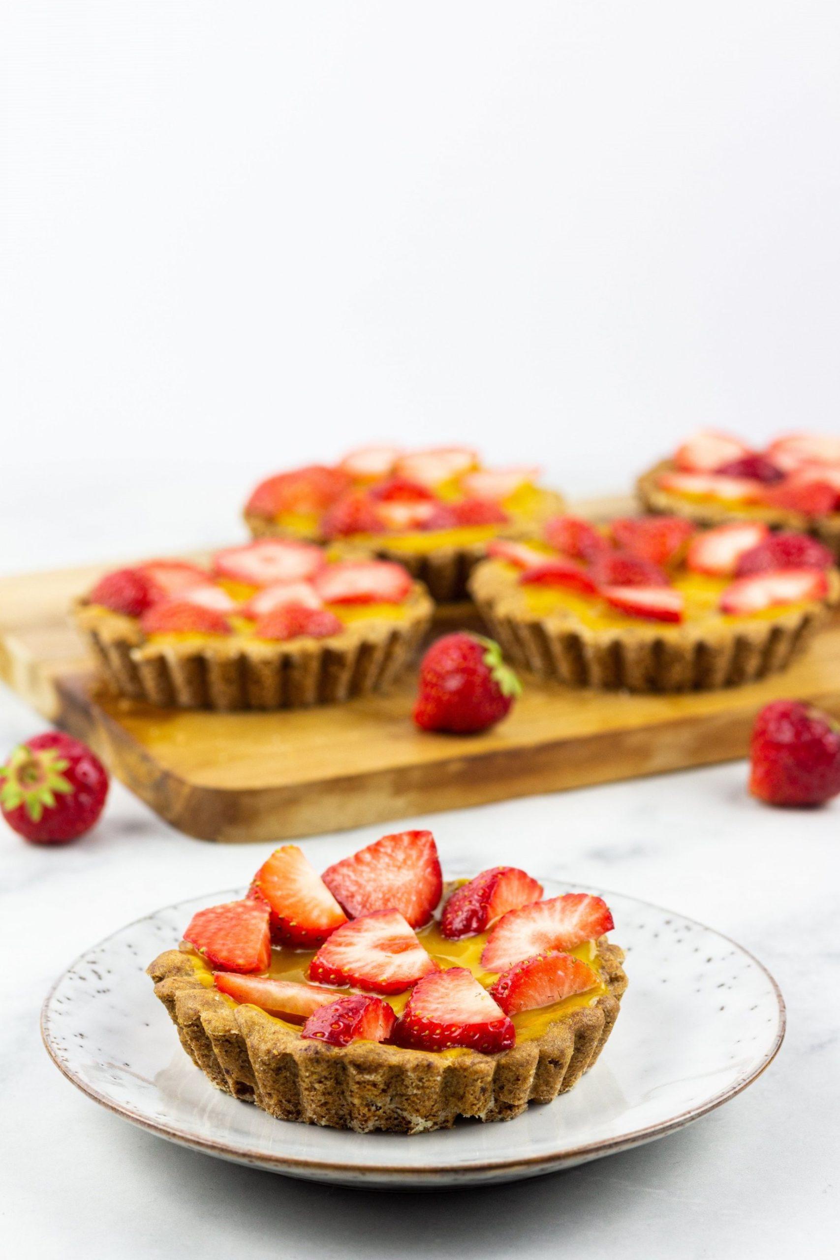Vegane fruchtige Mini-Törtchen mit Mango und Erdbeeren